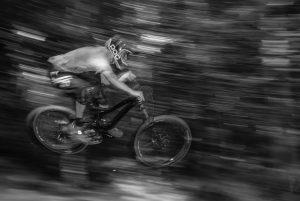BMX-er die over het parcour vliegt